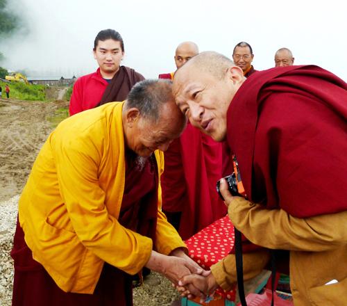 2013Sep宗薩欽哲仁波切與不丹第三世敦珠法王揚希仁波切於塔奇拉為世界最大蓮師像舉行開光儀式